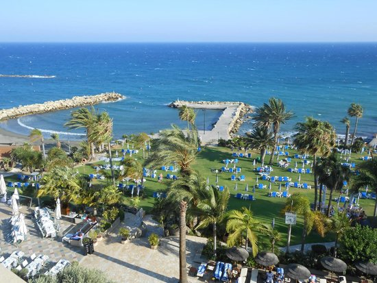 Amathus Beach Hotel Limassol: A view of one of the grass areas leading to the beach
