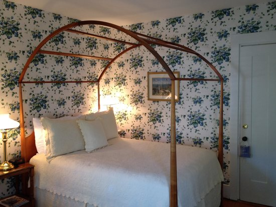 Brass Lantern Inn: Comfortable bed and charming room