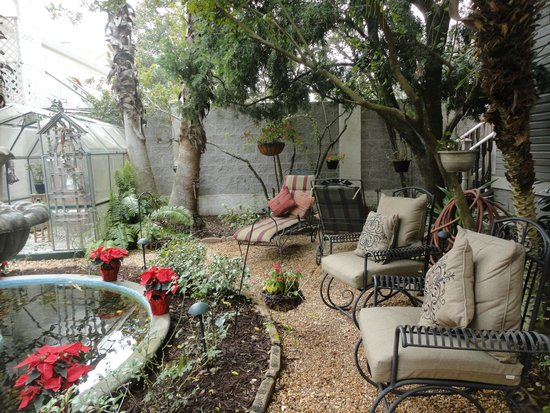 Peace and Plenty Inn: seating around garden