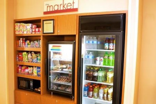 Fairfield Inn St. Petersburg Clearwater: The Corner Market
