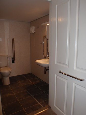 King Arthur's Arms Inn: Easy access annex bathroom