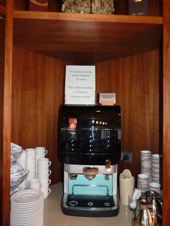 Staybridge Suites St. Petersburg: Coffe machine is avaliable for guest 24/7