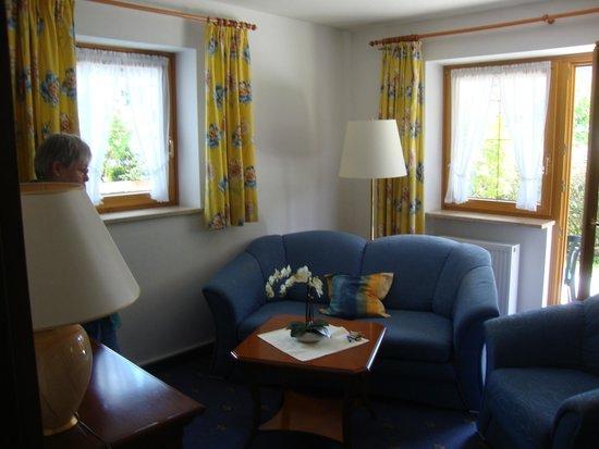 Hotel Maximilian: Sala de estar de la habitación