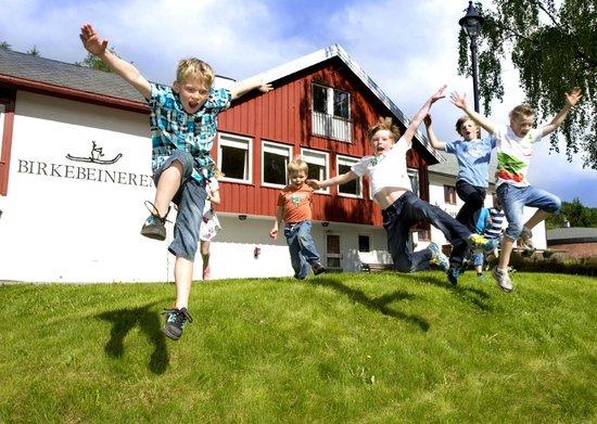 Birkebeineren Hotel & Apartments: Children playing in the garden /Photo: Geir Olsen