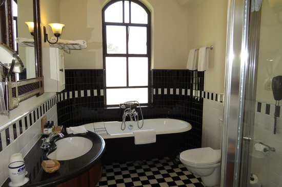 The American Colony Hotel: Bath..also huge shower...wonderful!