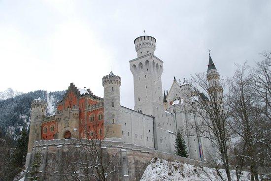 Castillo de Neuschwanstein: Neuschwanstein castle as seen from the main entrance