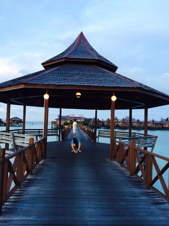 Sipadan Mabul Resort : Long entrance to SMART water bungalow