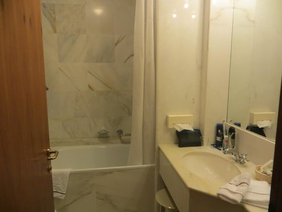 Poiano Resort Hotel: our marble bathroom