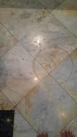 Q Signature Samui Beach Resort: Dirty stained bathroom tiles