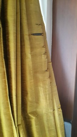 Q Signature Samui Beach Resort : Bedroom curtains - bad need of replacement