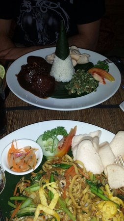 Gedong Sisi Warung: Babi kecap and seafood mie goreng