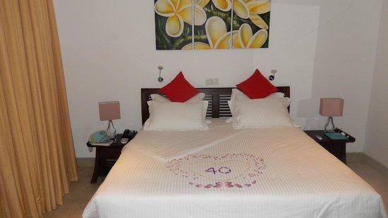 bloemblaadjes op bed