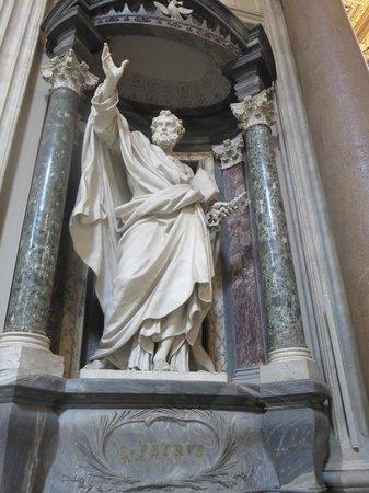 Arcibasilica di San Giovanni in Laterano: Estatua de Apóstol