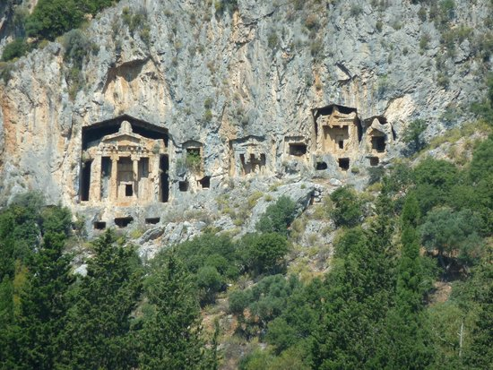 Binlik Hotel: Rock tombs above Dalyan