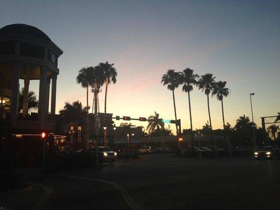 Lemon Tree Inn : Abends ums Eck vom Hotel