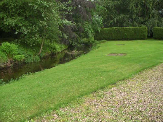 Huntingtower Hotel: Back garden with stream.