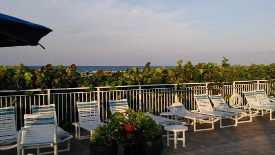 Coconut Palms Beach Resort II : Blocked ocean view from upper pool deck area