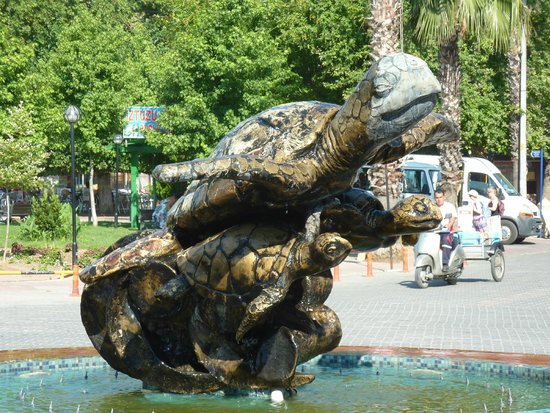 Binlik Hotel: Turtle statue and fountain in Dalyan