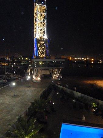 Kyriad Prestige Toulon - L S S M - Centre Port : Vue de nuit de la terrasse côté pont