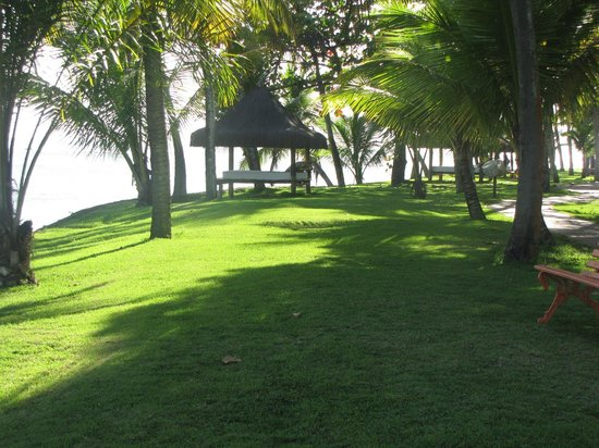 Arraial D'Ajuda Eco Resort: Gramado em frente ao rio