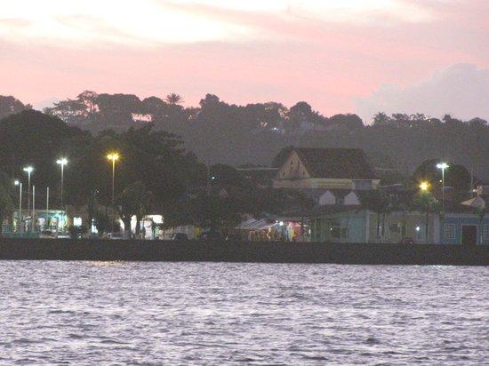 Arraial D'Ajuda Eco Resort: Cair da tarde em Porto Seguro, do outro lado do rio