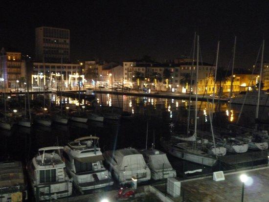 Kyriad Prestige Toulon - L S S M - Centre Port: Vue de nuit de la terrasse côté port