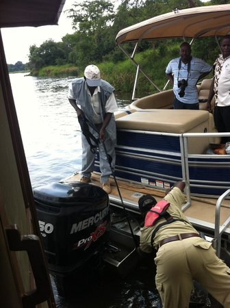 Wild Frontiers Uganda Safaris: Trying to seperate the 2 boats