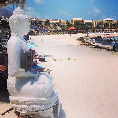 El Taj Oceanfront & Beachside Condos Hotel: Buddha on the beach just outside El Taj