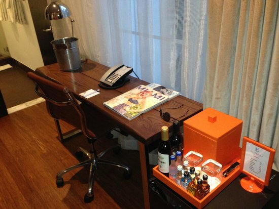 Room Mate Lord Balfour: Mesa de trabalho
