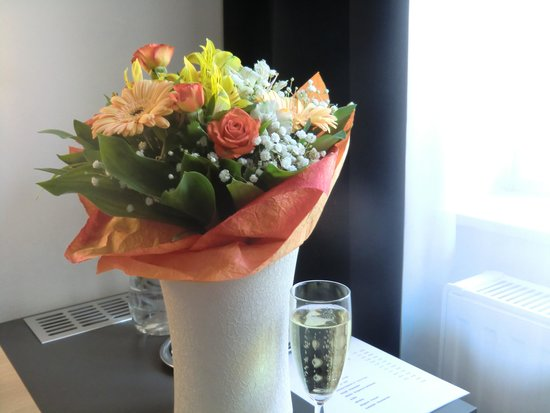 Cosmo City Hotel: Champagne & flowers