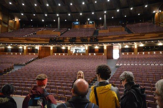 Großes Festspielhaus: 大劇場の舞台上で