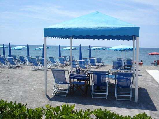 Spiaggia antistante il ristorante foto di delfino - Bagno italia marina di massa ...
