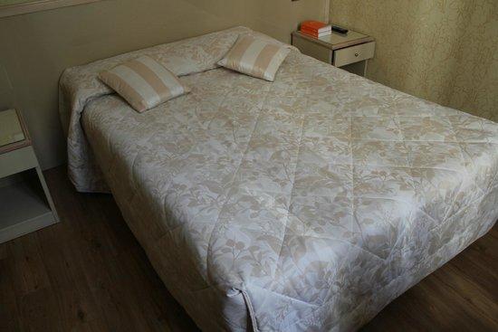 Hôtel Cécilia Paris Arc de Triomphe : Bed