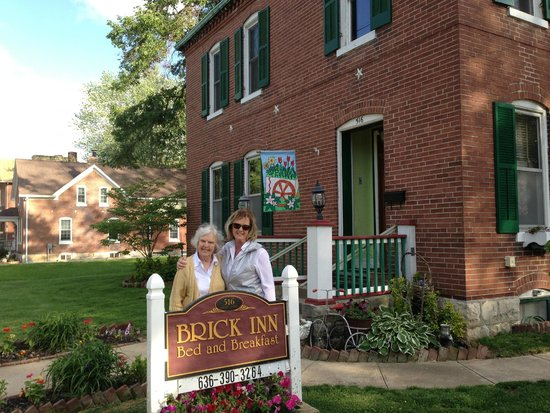Brick Inn Bed and Breakfast: Front of Brick Inn in May