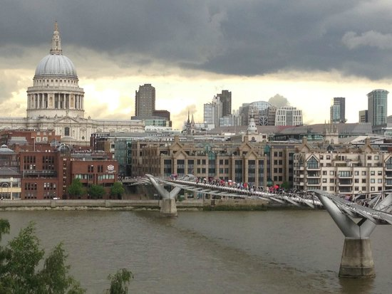 Tate Modern : View across the Thames from the Tate's cafe balcony.