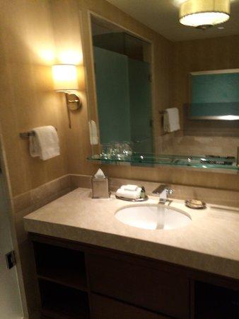 Four Seasons Baltimore: Sink area