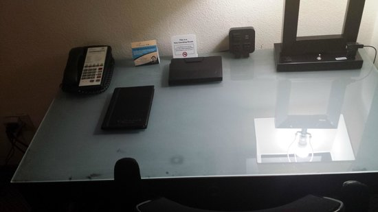 Holiday Inn Atlanta - Northlake: Dirty desk