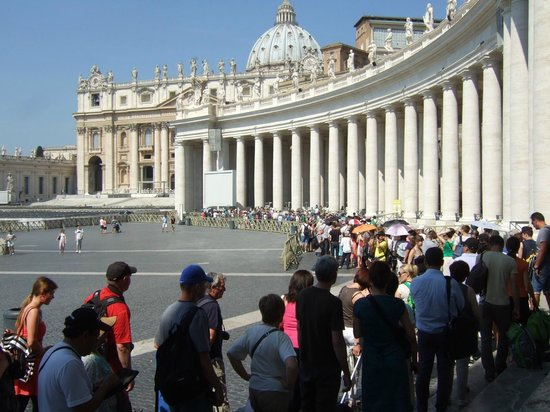 Musées du Vatican : Crowds of people waiting to get in