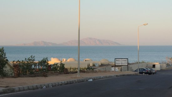 Sharming Inn Hotel: вид на море. вход на пляж соседнего отеля