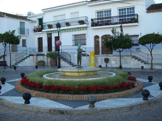 Benalmadena Pueblo (The Old Village) : Plaza de la Fuente de  La Niña de Benalmádena