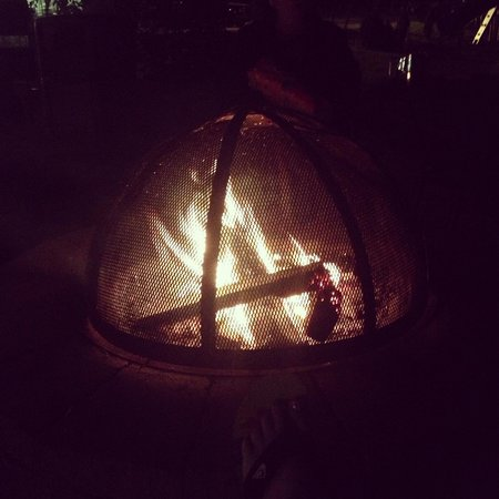Golden Gables Inn : Awesome fire pit located by the pool/hot tub