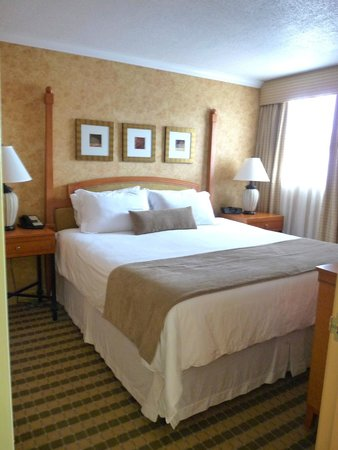 Sunset Inn and Suites: Beautifully decorated, very comfortable bedroom with new large screen TV