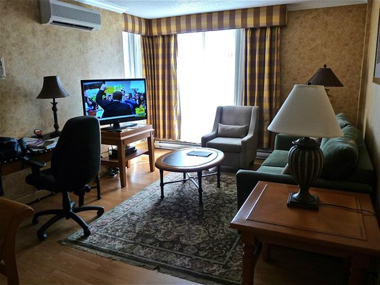 Sunset Inn and Suites: Living Room with new large flat screen TV