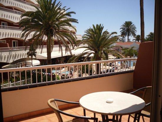 Sol Barbacan Hotel: terrrazza con tavolino sedie e 2 lettini con materassino e teli uso piscina