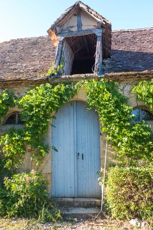 Chateau le Tour: Barn of character