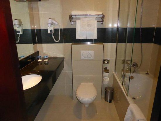 XO Hotels Blue Square : Bathroom