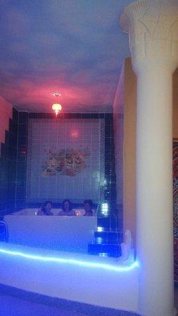 Pyramids Luxor Hotel: Área de relajación con masaje en jacuzzi con musica, aromaterapia y cromoterapia