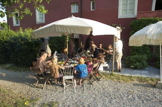 Le Murelle Farm: BBQ outside Casa Di Lorenzo