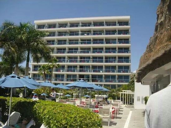 Marina Suites : Hotel from poolside