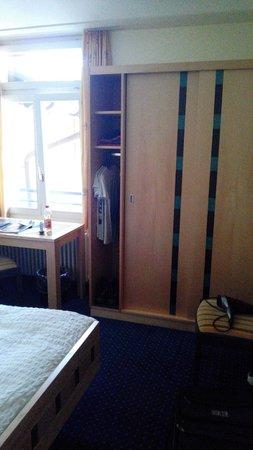 Hotel Victoria-Lauberhorn: Kleiderschrank